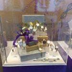 Weihnachtliche Warenpräsentation Uhren mit Weihnachtspäckchen